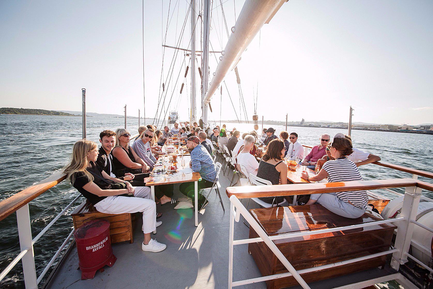 sommerfest-i-båt-med-mat